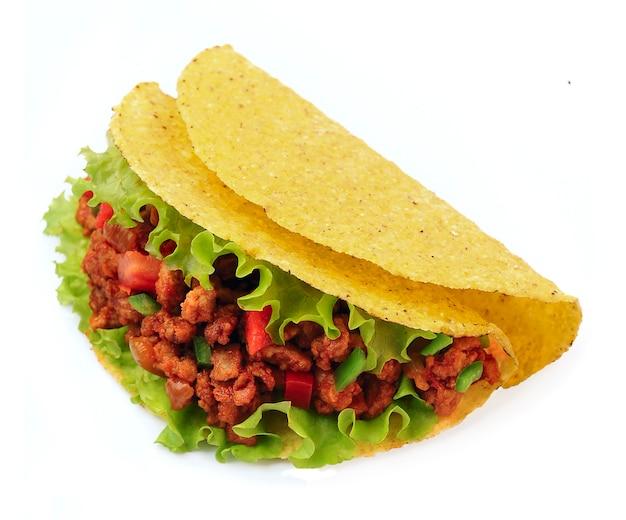 Mexikanische tacos mit gemüse auf weißem hintergrund.