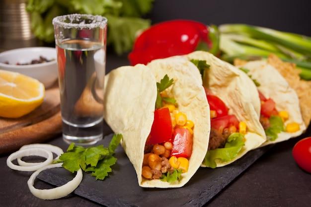 Mexikanische tacos mit hühnerfleisch