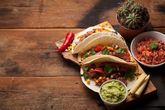 Mexikanische tacos mit marmoriertem rindfleisch und gemüse.
