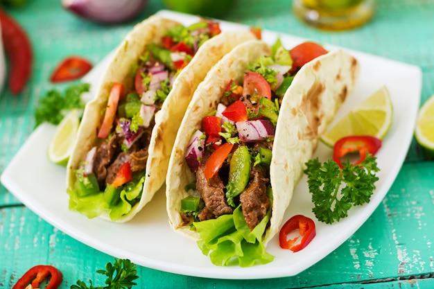 Mexikanische tacos mit rindfleisch in tomatensauce und salsa Kostenlose Fotos