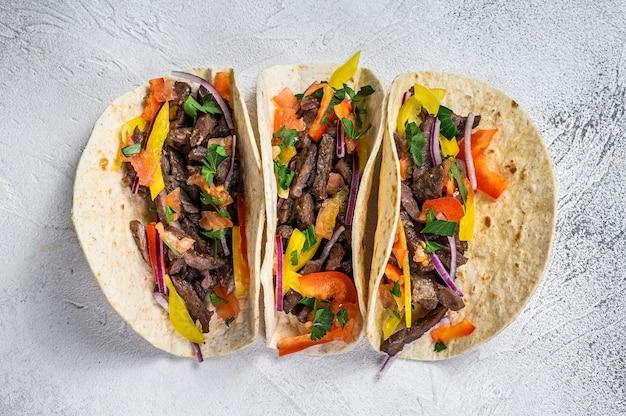Mexikanische tacos mit rindfleisch, zwiebeln und paprika