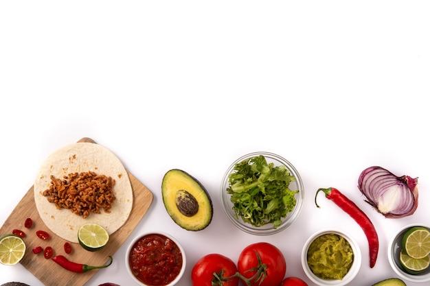 Mexikanische tacos zutaten isoliert auf weiß