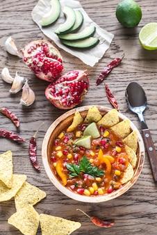 Mexikanische tortillasuppe auf dem holztisch