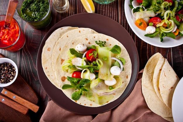 Mexikanische vegane tortilla-wrap mit gemüse auf dem esstisch