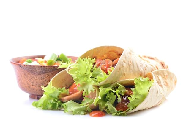 Mexikanischer burrito mit hühnchen und gemüse auf weißem hintergrund