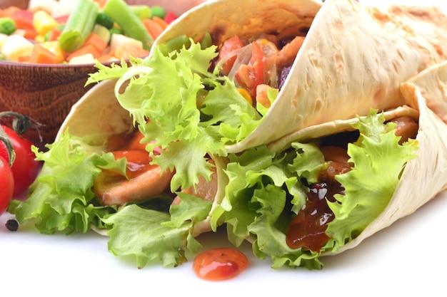 Mexikanischer burrito mit hühnchen und gemüse