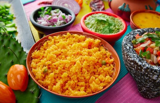 Mexikanischer gelber reis mit chilis und saucen