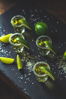 Mexikanischer goldtequila geschossen mit kalk und salz
