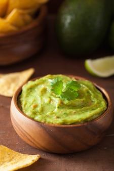 Mexikanischer guacamole dip und nachos tortilla chips