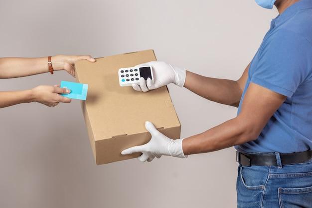 Mexikanischer händler, liefert pappkarton und zahlungsterminal
