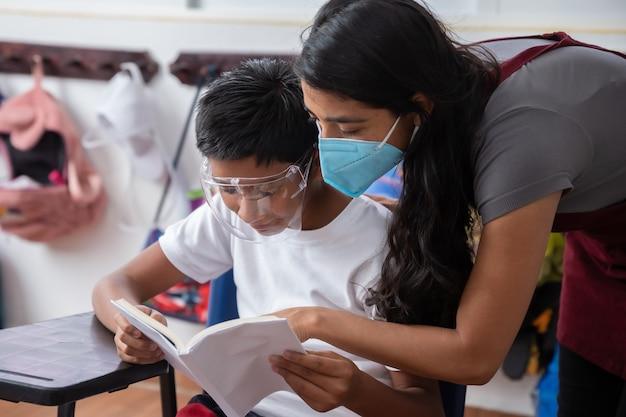 Mexikanischer lehrer und schüler mit gesichtsmaske nach der coronavirus-pandemie