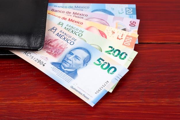 Mexikanischer peso in der schwarzen geldbörse