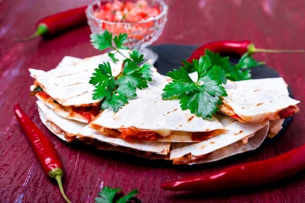 Mexikanischer quesadilla mit salsa