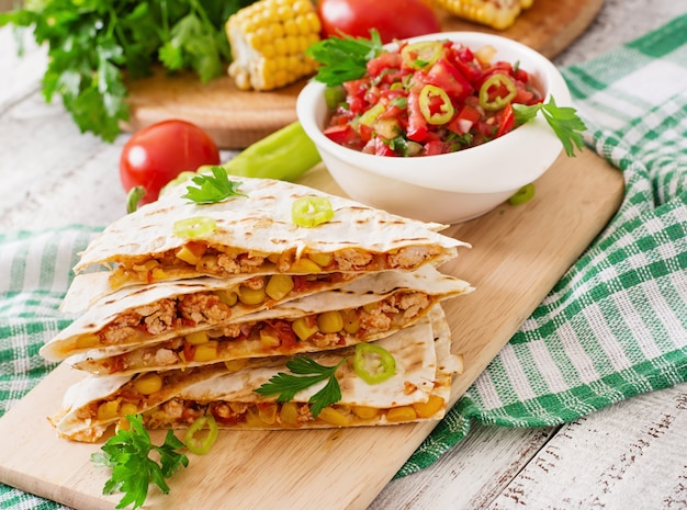 Mexikanischer quesadilla-wrap mit hühnchen, mais, paprika und salsa