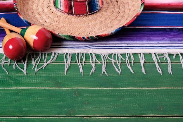 Mexikanischer sombrero maracas fiestaholzhintergrund mexikos