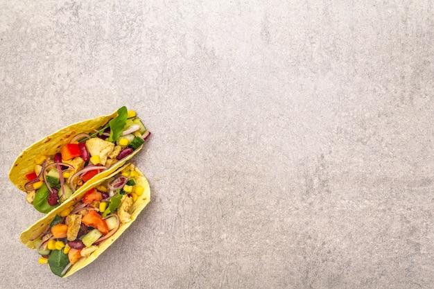 Mexikanischer taco mit hühnerfleisch, roter bohne und frischgemüse