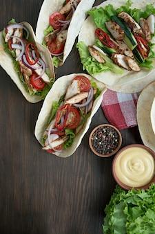 Mexikanischer teller. taco mit hühner- und gemüsenahaufnahme