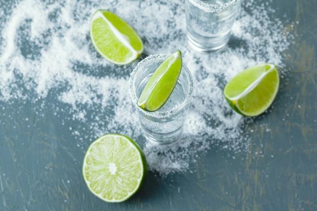 Mexikanischer tequila in kurzen gläsern mit limette und salz