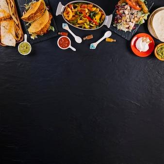 Mexikanisches essen auf schwarzem hintergrund