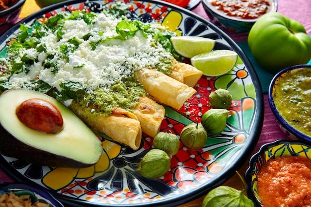 Mexikanisches essen der grünen enchiladas mit guacamole
