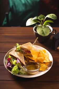 Mexikanisches essen tacos sandwiches auf einem tisch in einer bar.