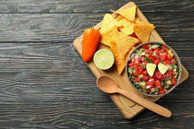 Mexikanisches essenskonzept mit pico de gallo auf holztisch
