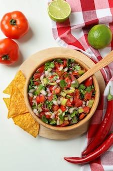 Mexikanisches essenskonzept mit pico de gallo auf weißem hintergrund