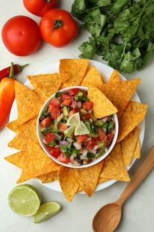 Mexikanisches essenskonzept mit pico de gallo auf weißem strukturiertem tisch