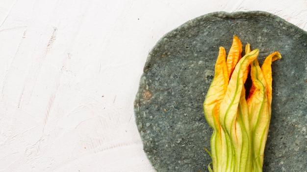 Mexikanisches gemüse auf platte mit weißem hintergrund