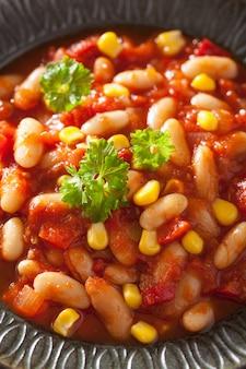 Mexikanisches gemüse-chili im teller