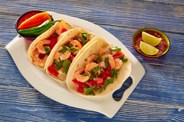 Mexikanisches lebensmittel camaron-garnelentacos auf blau