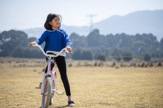 Mexikanisches mädchen auf fahrrad im freien