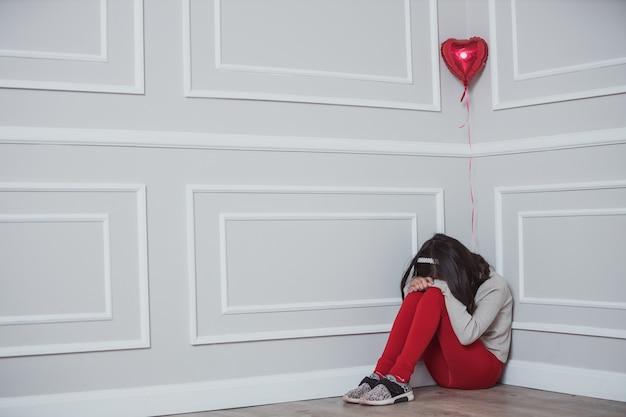 Mexikanisches mädchen, das am valentinstag weint