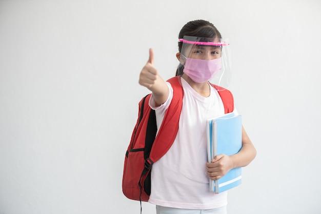 Mexikanisches mädchen geht zurück zur schule nach coronavirus-pandemie neue normalität