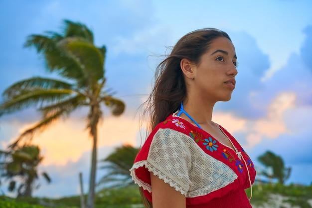 Mexikanisches mädchenschmuckkleid bei sonnenuntergang