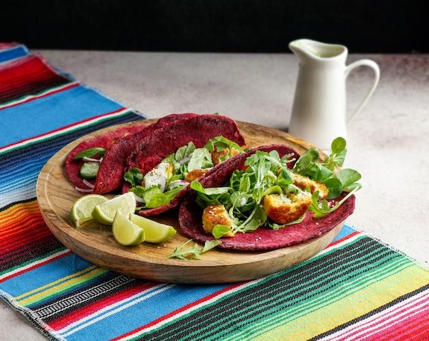 Mexikanisches nationalgericht - taco-weizen-rote-bete-tortilla mit veganen kichererbsenbällchen und gemüse