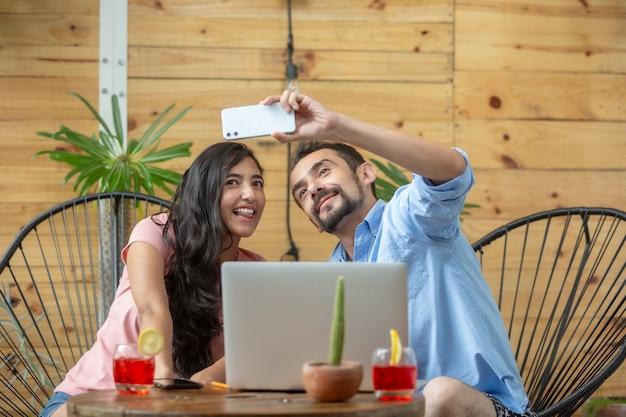 Mexikanisches paar macht selfie während der arbeit im sommerurlaub