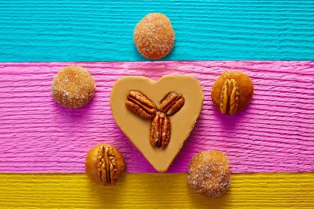 Mexikanisches süßigkeiten-cajeta-herz mit pekannuss