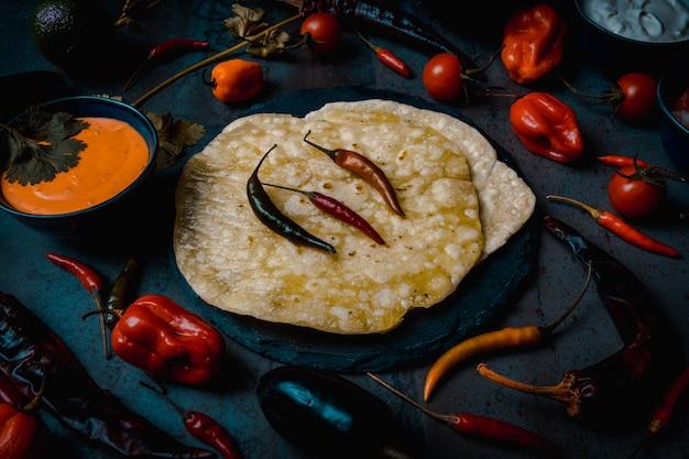 Mexikanisches tortilla-essen und scharfe jalapenos