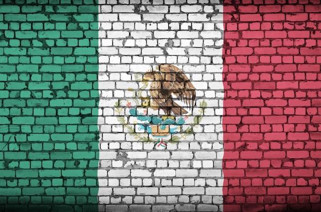 Mexiko-flagge wird auf eine alte backsteinmauer gemalt