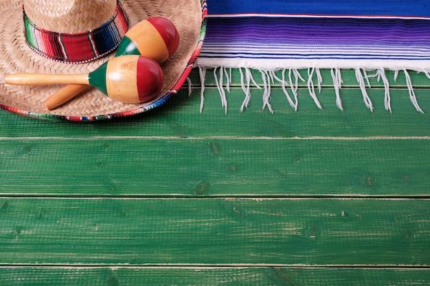 Mexiko-hintergrundgrenzmexikanisches sombrero maracas fiestaholz