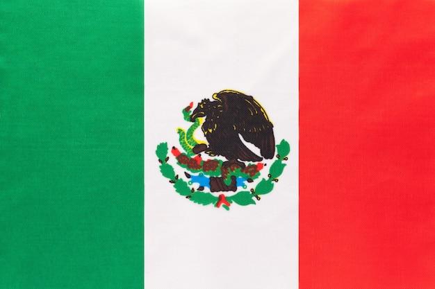 Mexiko national stoff flagge mit emblem, textile hintergrund,