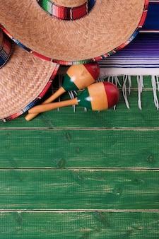 Mexiko sombrero grenze mexikanische maracas alte grüne holzvertikale