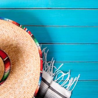 Mexiko sombrero und decke auf blauer oberfläche