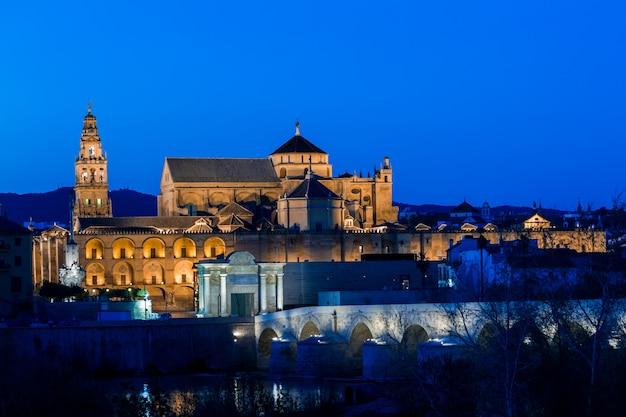 Mezquita und römische brücke, cordoba, spanien