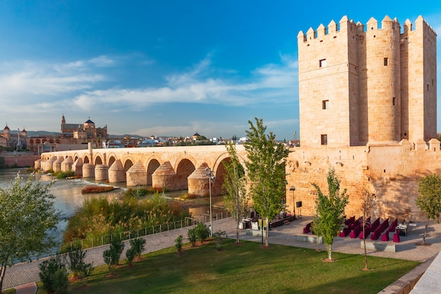 Mezquita und römische brücke in cordoba, spanien