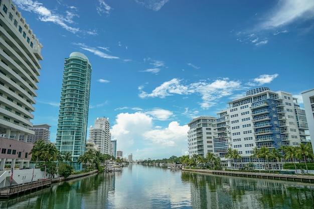 Miami beach. blick auf die stadt von der brücke. schöne häuser, die durch einen fluss getrennt sind