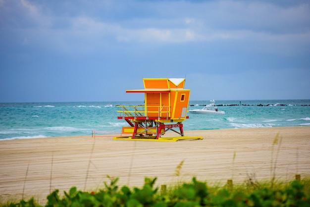 Miami beach florida usa sonnenaufgang und rettungsschwimmer turm