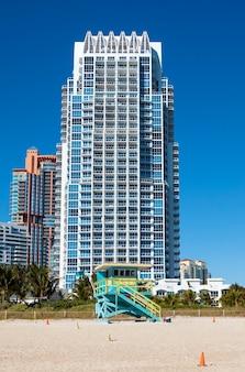 Miami beach in florida mit luxusapartments und rettungsschwimmerturm