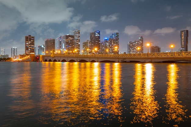 Miami bei sonnenuntergang. miami florida, bunte skyline von macarthur causeway.